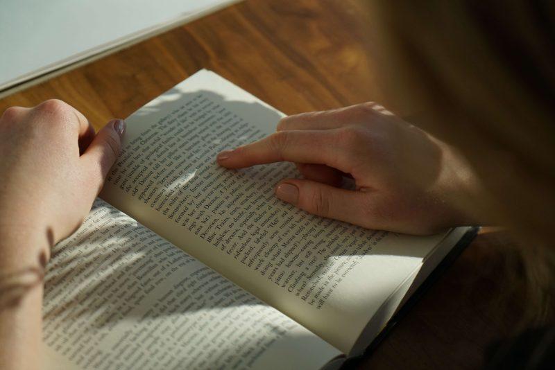 英語で書かれた本を読む ⇒「使う」